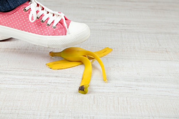 Schoen om over de bananenschil te glijden en een ongeluk te krijgen
