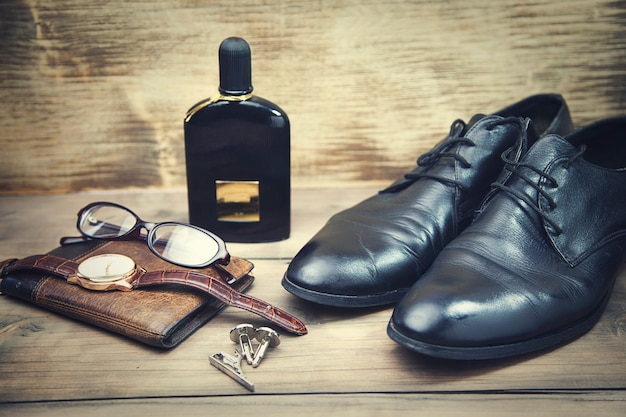 Schoenen, bril, horloge en portemonnee
