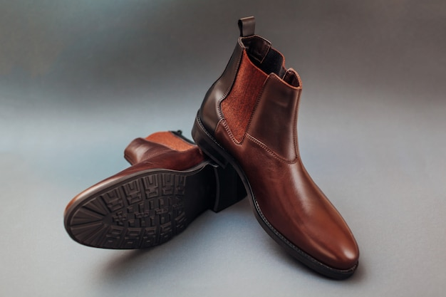 Schoenen, chelsea lederen laarzen voor heren. man winter, herfst of lente mode. schoeisel op grijs