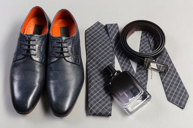 Schoenen en accessoires voor mannen lagen op de houten vloer