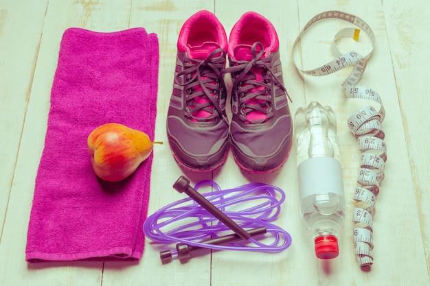 Schoenen en sportuitrusting op houten oppervlak vloer, bovenaanzicht