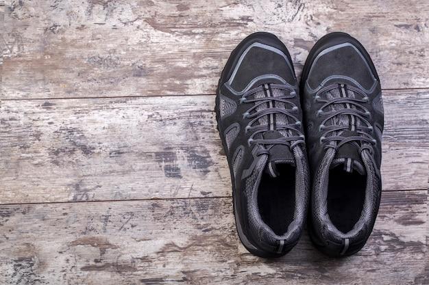 Schoenen gelegd op een houten