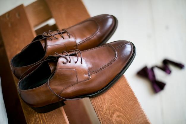 Schoenen gestapeld in samenstelling op een zwart bureau