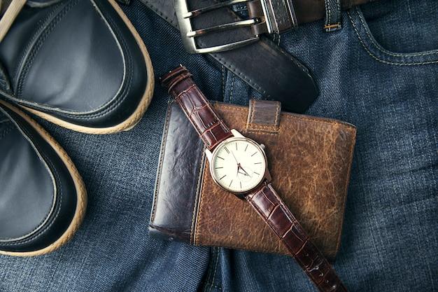 Schoenen, horloge, portemonnee en spijkerbroek