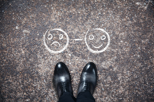 Schoenen met een glimlach op asfalt