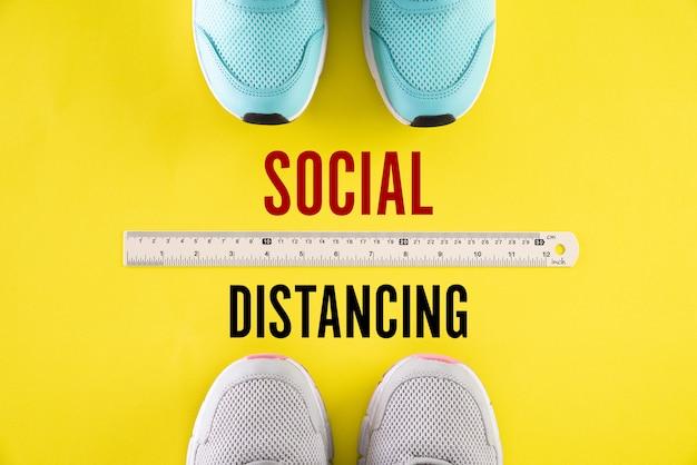 Schoenen met liniaal door middel van sociaal afstandsconcept