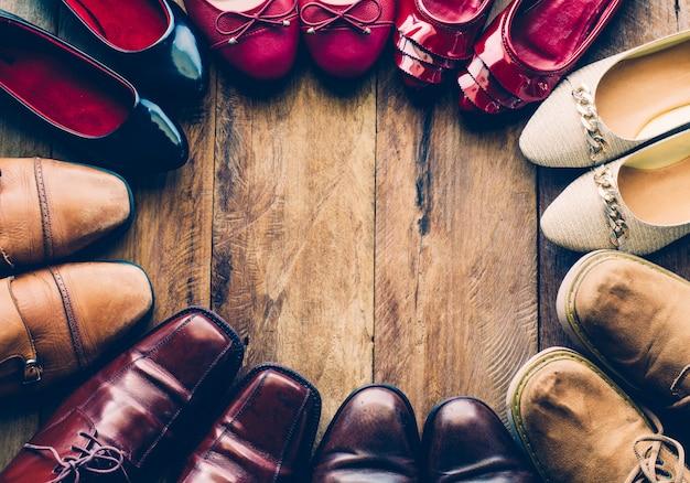Schoenen met mannen en vrouwen verschillende stijlen op een houten vloer - levensstijlen.