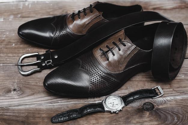 Schoenen met riem en horloge