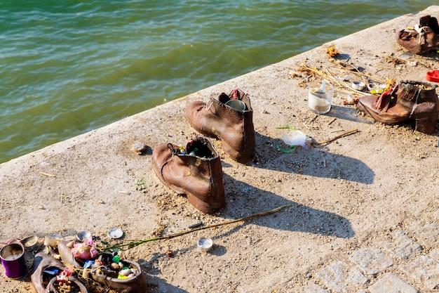 Schoenen op het monument van donau in het joodse gedenkteken van boedapest