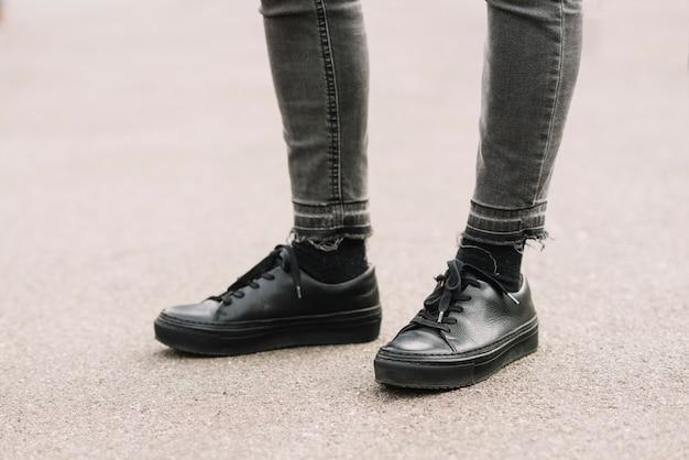 Schoenen van de moderne mens in de stad