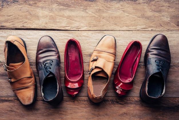Schoenen verschillende stijlen op een houten vloer