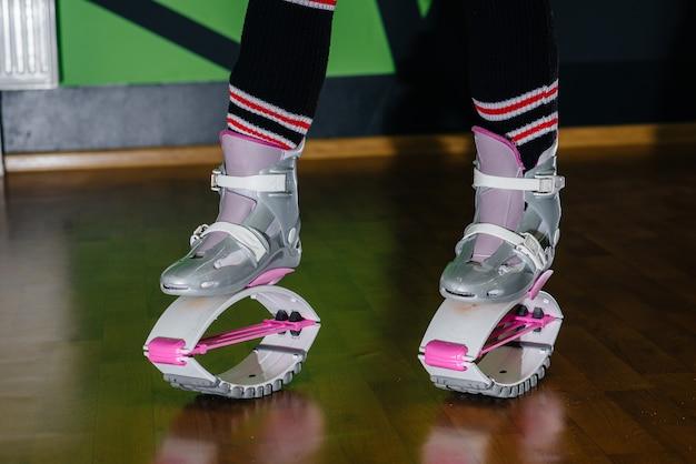 Schoenen voor aerobics in de sportschool close-up. gezonde levensstijl.