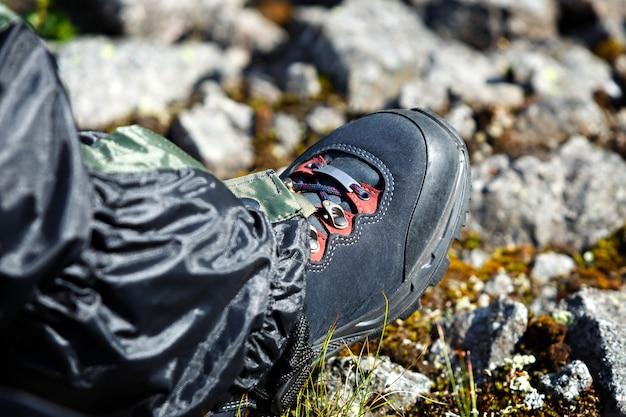 Schoenen voor bergtochten te voet van de toerist