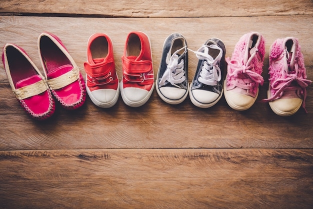 Schoenen voor kinderen op houten vloer
