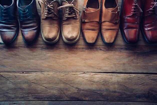 Schoenen voor mannen verschillende stijlen op een houten vloer - levensstijl.
