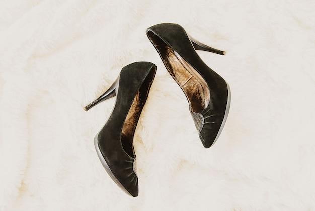 Schoenen worden na het werk thuis verwijderd. benen zijn moe. selectieve aandacht.