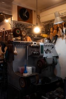 Schoenenwerkplaats met machine