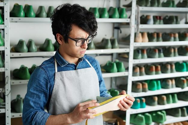 Schoenmaker op het werk