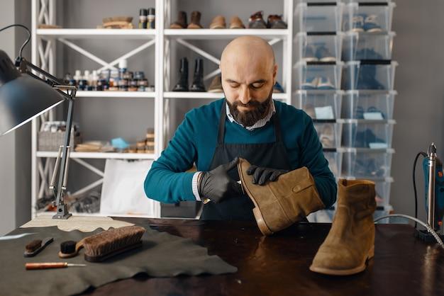 Schoenmaker repareert de schoen, schoeiselreparatie