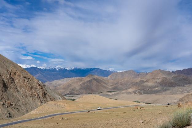 Schokkend desolaat moonland-landschap in lamayuru, in ladakh, india de noordelijke berg van de indiase himalaya is het gedeelte van de himalaya