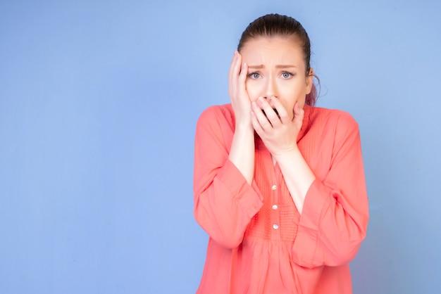 Schokkend meisje in corall kleur shirt