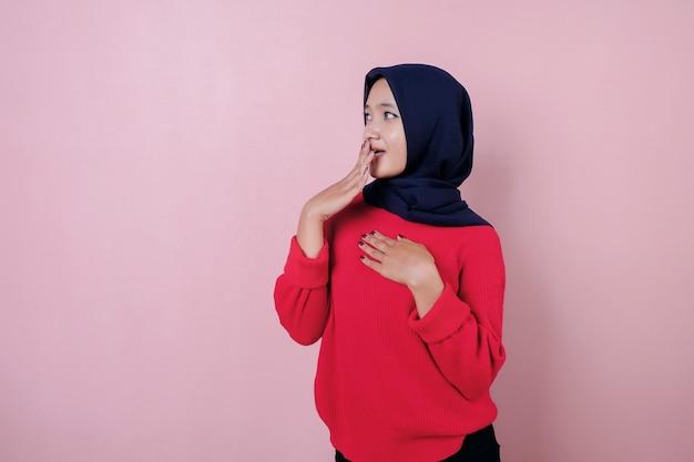 Schokkend van mooie jonge vrouw die rode t-shirt draagt