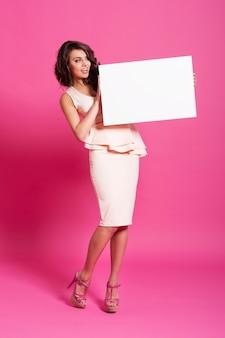 Schokkende elegante vrouw met whiteboard