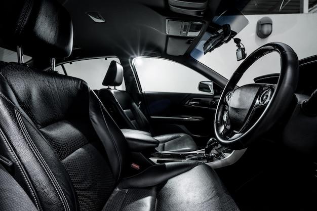Schone console moderne auto, zwart binnenontwerp.