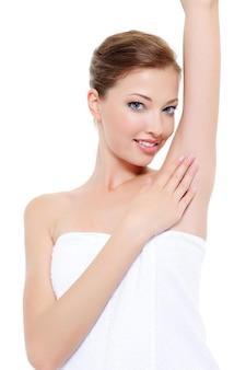 Schone en frisse huid van de onderarm van de vrouw - witte muur