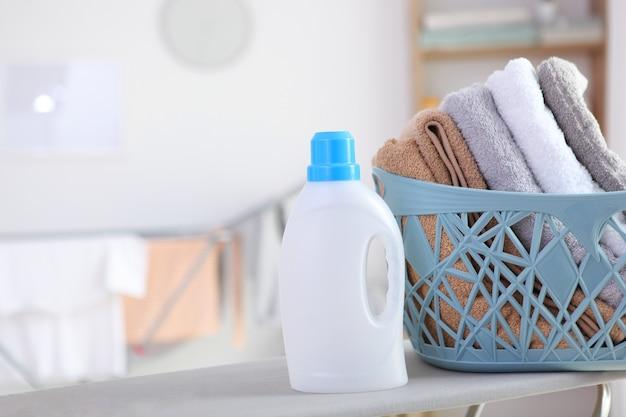Schone handdoeken en wasmiddelen in de wasruimte
