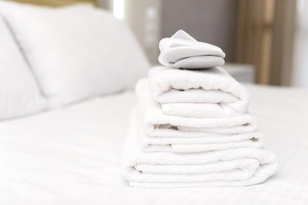 Schone handdoeken op bed in hotelkamer