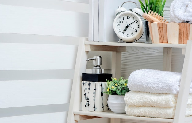 Schone handdoeken op plank in witte badkamers