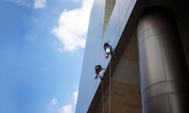 Schone klimmer buiten gebouw wolkenkrabber schonere service