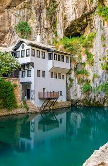 Schone ondergrondse rivier komt uit een grot in de buurt van een islamitische moskee.