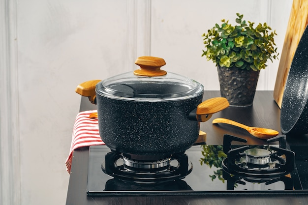 Schone steelpan op een gasfornuis in keuken