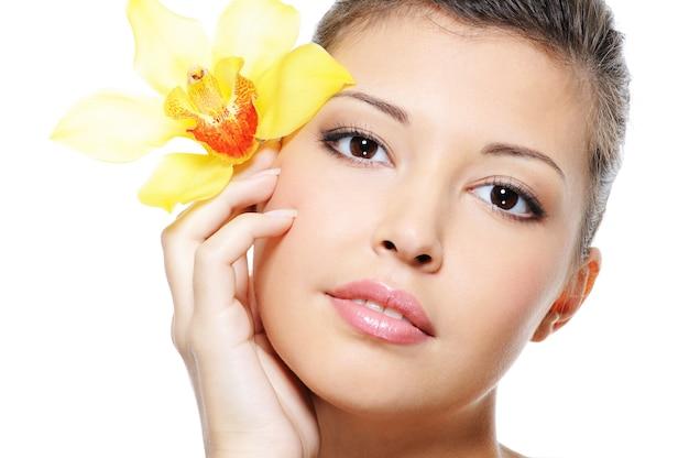 Schone teint van een schoonheids aziatisch vrouwelijk gezicht - dat op wit wordt geïsoleerd