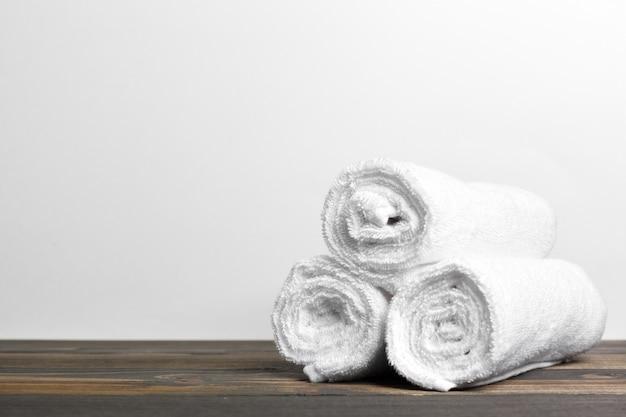 Schone zachte handdoeken op houten tafel
