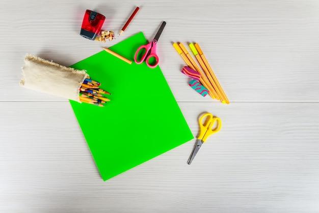 School accessoires marker, potlood, schaar, gum, papier concept terug naar school