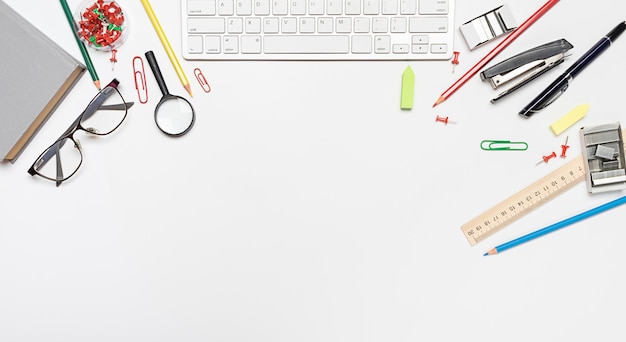 School briefpapier, student levert op een witte achtergrond met kopie ruimte.