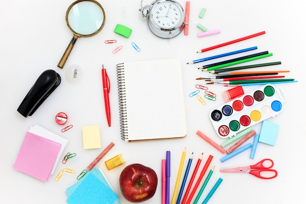 School die met notitieboekjes op witte achtergrond wordt geplaatst