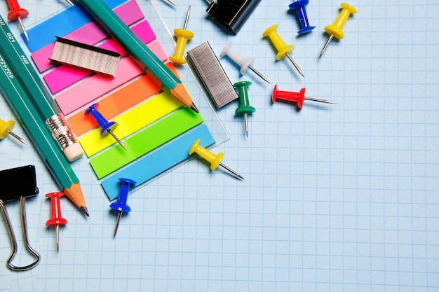 School en kantoorbenodigdheden. het concept van onderwijs, kantoorwerk, zaken, ondernemerschap.
