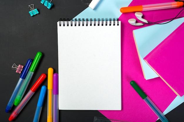 School en kantoorbenodigdheden op blackboard