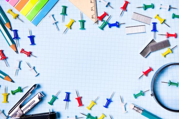 School en kantoorbenodigdheden op een wit vel. het concept van onderwijs.