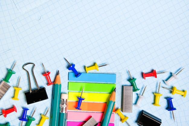 School en kantoorbenodigdheden op een wit vel.