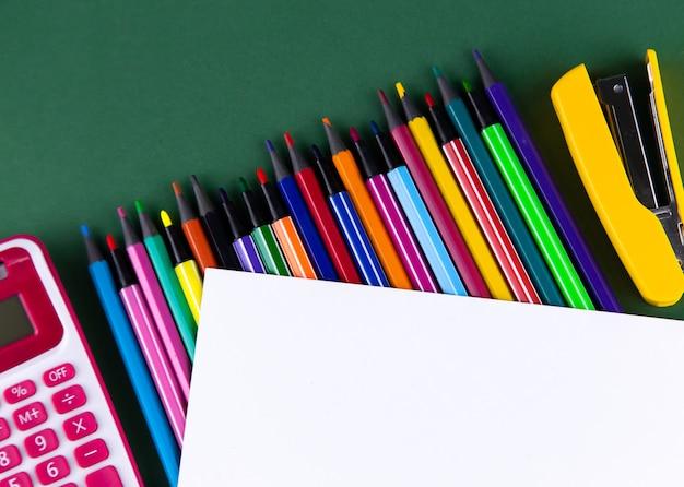 School kantoor levert briefpapier op groen
