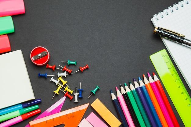 School levert zijgrens op een schoolbordachtergrond