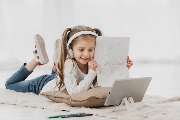 School meisje hoofdtelefoon virtuele cursussen dragen