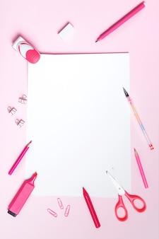 School- of kantoorbenodigdheden op roze achtergrond. concept terug naar school