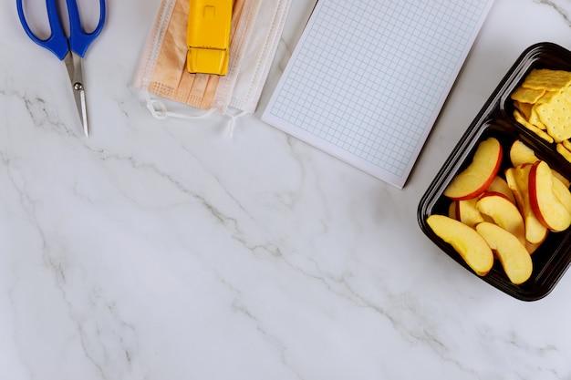 School oppervlak met lunchbox en benodigdheden