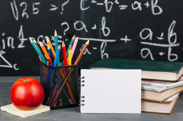 Schoolbenodigdheden aan tafel